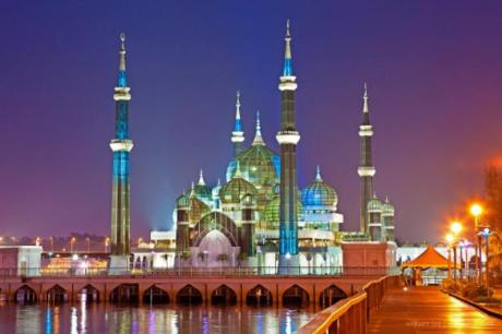 Thánh đường Hồi giáo Crystal (Masjid Kristal) là một trong những địa chỉ nổi tiếng của Kuala Terennganu. Tọa lạc tại công viên Hồi Giáo Islamic Heritage Park, thánh đường nằm trên một hồ nước trong vắt, bề ngoài bao phủ bởi thép, kính trong suốt và pha lê, nổi tiếng thế giới bởi vẻ đẹp rạng rỡ, nguy nga tráng lệ.