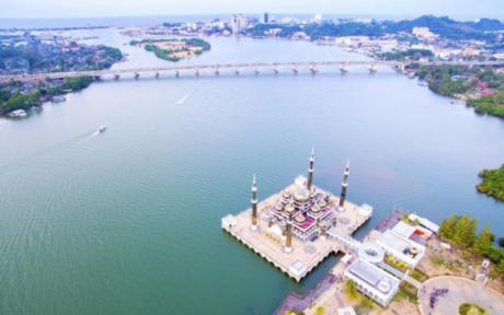 Kuala Terengganu, thủ phủ bang Terengganu, cách Kuala Lumpur 450km về phía Đông Bắc. Thành phố biển xinh đẹp và yên bình này như một nàng tiên cá đang say ngủ bên bờ biển xanh ngắt và những bãi cát trắng tuyệt đẹp.