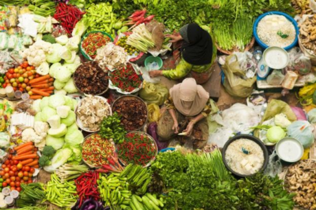 Điểm đến nổi bật của Kota Bharu phải kể đến là chợ trung tâm Siti Khadijah. Nơi này bán đủ các loại mặt hàng tươi sống như gạo, trái cây, rau củ, thịt; đến các loại gia vị, mặt hàng thủ công mỹ nghệ hay quần áo& hoạt động nhộn nhịp suốt đêm ngày. Kota Bharu cũng nổi tiếng là nơi lý tưởng để mua sắm với hàng hóa đa dạng và giá cả không hề đắt đỏ.