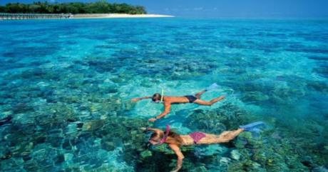 Kota Bharu còn là điểm trung chuyển để đến đảo Perhentian, nơi lý tưởng để lặn bằng ống thở ngắm san hô, rùa biển, cá mập và các loài sinh vật biển. Perhentian sở hữu vẻ đẹp thiên đường với mặt nước xanh biếc và những hòn đảo thoai thoải, các rạn san hô rực rỡ, nhiều resort đẹp và khu nghỉ mát bình dân, với đủ loại dịch vụ trải nghiệm biển đảo chuyên nghiệp.