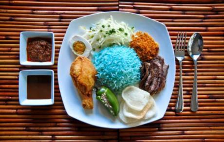 Ẩm thực của Kota Bharu nức tiếng vì sở hữu nhiều món truyền thống độc đáo, thường được nêm thêm đường, sốt ớt cay và có tôm. Đến đây người ta thường thưởng thức món Nasi Kebaru, cơm có màu xanh lam vì được nấu với cánh hoa đậu biếc ăn kèm với tôm, thịt bò, gà, mực. Ngoài ra bạn cũng có thể thử món Trung, món Ấn tại các nhà hàng hay các điểm ăn uống bình dân.