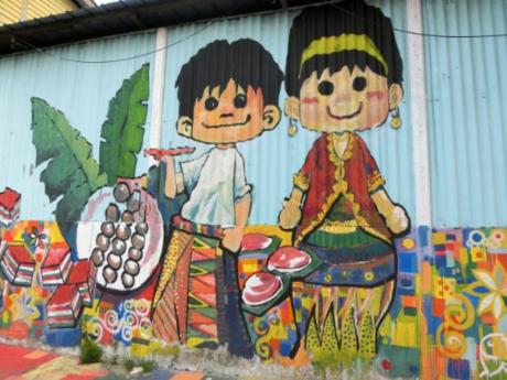 Những bức bích họa trong khu phố người Hoa cũng là điểm thu hút của Terengganu. Các bức tranh nhiều chủ đề được sơn hoặc vẽ lên tường sống động, trở thành tác phẩm nghệ thuật đường phố độc đáo thu hút khách thập phương đến chụp ảnh.