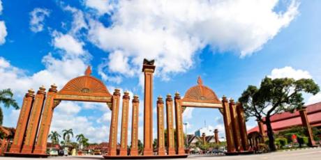 Từ Terengganu ngồi xe buýt 3 tiếng rưỡi, giá vé khoảng 16,9RM (100.000 Đồng) về phía Bắc, bạn sẽ tới Kota Bharu. Nếu xuất phát từ Kuala Lumpur, bạn có thể đi buýt với lộ trình gần 500km, hoặc bay thẳng 55 phút để đến với thành phố Hồi Giáo nhỏ giáp biên giới Thái Lan, thủ phủ bang Kelantan.