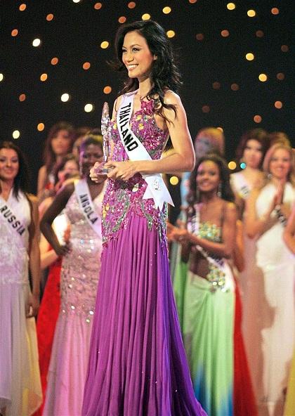 Rosjantham dự cuộc thi Hoa hậu Hoàn vũ thế giới 2005 sau khi đăng quang ngôi hoa hậu tại Thái Lan. Ảnh: Missology.