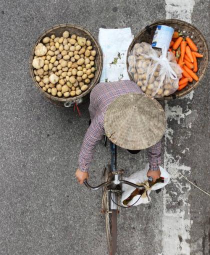 Khách Tây: Hiếm khi thấy phụ nữ Việt ngồi không/Khách Tây: Hiếm lúc nào thấy phụ nữ Việt ngơi tay làm việc - 2