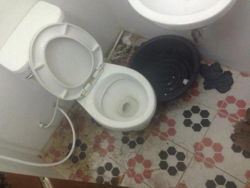Nhà vệ sinh trong tù. Ảnh:Sun.