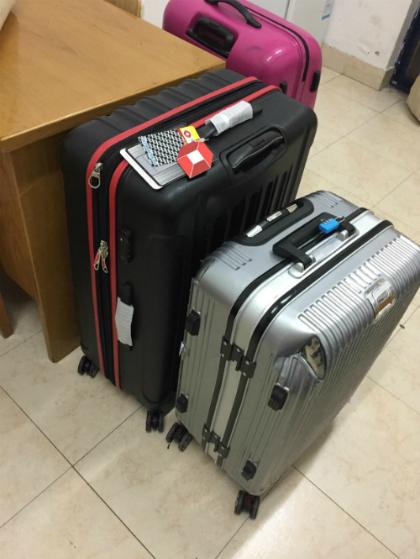 Vali bị bóp và vali được bồi thường của Bảo Linh tại sân bay Trung Quốc. Ảnh: NVCC.