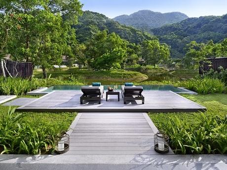 Tận hưởng những khoảnh khắc thư giãn giữa thiên nhiên mây trời tại khu nghỉ dưỡng.
