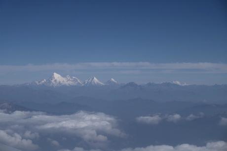 Đỉnh Everest trong dãy Himalaya nhìn từ cửa sổ máy bay, trên chuyến chuyển tiếp từ Ấn Độ tới sân bay Paro, Bhutan. Vì khung cảnh mà Vinh và bạn đồng hành phải tới quầy check in từ 3h sáng mới chọn được chỗ ngồi ưng ý.