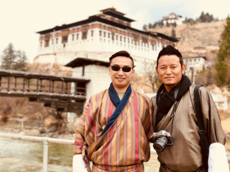 Trần Vinh chụp hình lưu niệm cùng người lái xe tour Bhutan.