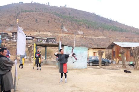 Trải nghiệm bắn cung với người dân Bhutan, đây là một môn thể thao chính ở đây. Vinh có cơ hội tập cùng một chị xạ thủ từng tới Việt Nam thi đấu năm 2004.