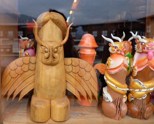 Vật trưng bày trong một tiệm đồ lưu niệm, đồ thủ công mỹ nghệ ở thung lũngPunakha. Tại đây người dân địa phươngrất tôn sùng của quý của đàn ông và coi đó như một loại bùa trấn yểm nên nó có mặt ở khắp nơi như một hình trang trí đặc biệt làm nhiều du khách phải đỏ mặt.