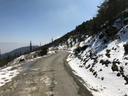 Một chặng đường đèo trên đường tới chỗ trekking, vào tháng 2 thời tiết còn lạnh, các con đường nơi đây tuyết phủ trắng đẹp như châu Âu.