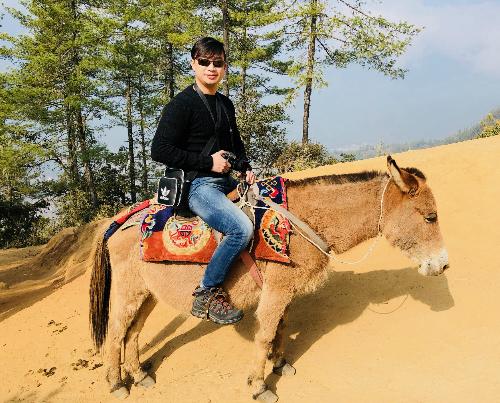 Trần Vinh trên lưng ngựa ở chặng đầu của đoạn đường tớiParo Taktsang(Hang Hổ), một tu viện nổi tiếng của Bhutan.