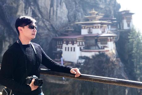 Trần Vinh chụp hình lưu niệm trước cảnh tu việnParo Taktsang. Ở Bhutan các tu viện đều không cho phép sử dụng điện thoại, máy ảnh máy quay để chụp ảnh, ghi hình bên trong.