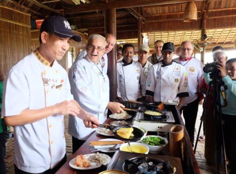 Các đầu bếp giao lưu với nhà hàng địa phương.