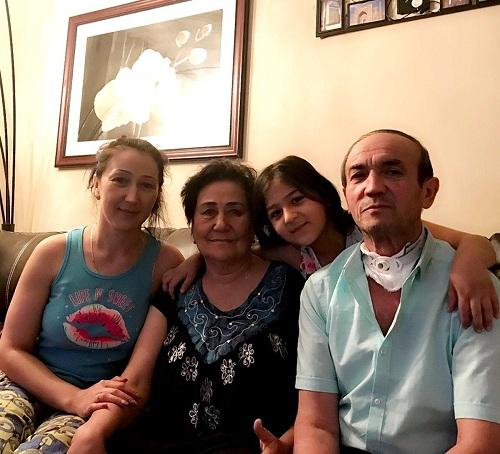 ÔngSabirjon đoàn tụ với vợ, con gái và cháu gái ở Columbus, Ohio, sau hơn 50 ngày mất tích.Ảnh: Gia đìnhAkhmedov.