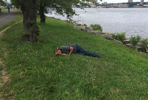 Người phụ nữ chụp ảnh làm bằng chứng cho cảnh sát khi phát hiện ôngSabirjon nằm trên triền cỏ. Ảnh:Sở Cảnh sát New York.