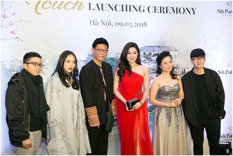 Blogger ẩm thựcThe Pandas Flavor,Châu Bùi, Á hậu Tú Anh, MC Minh Trang và blogger Ninh Eatingchụp ảnh lưu niệm cùng đại diện khu nghỉ dưỡng.