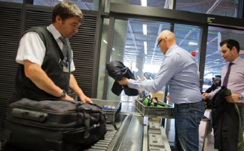 Đồ uống có nồng độ cồn trên 70% là một trong những thứ bị cấm mang theo trong hành lý xách tay. Ảnh:The Local.