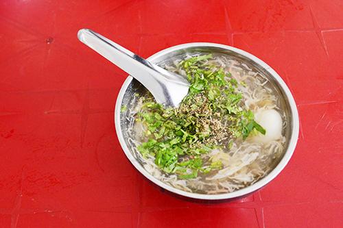 Súp cuaChắc hẳn không có thực khách nào xa lạ với món súp cua vì không chỉ người Sài Gòn mà cả du khách cũng thích thú tìm món này khi có dịp ghé thăm thành phố. Món ăn là sự hoà quyện của nhiều loại nguyên liệunhư: cua, bột năng, nấm đông cô, nấm tuyết, trứng cút, các loại gia vị. Nhiều nơi còn cho thêm trứng bắc thảo để tăng hương vị như quán cua 20 năm ở gần Nhà thờ Đức Bà.