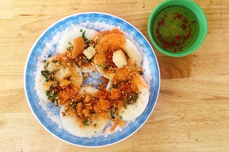 Bánh bèoBánh bèo là món bánh nổi tiếng ở miền Trung. Tại Sài Gòn,món bánhcó đôi chút biến tấu nhưng vẫn giữ cách chế biến cơ bản nhưbột bánh làm từ bột gạo đổ vào trong một đĩa nhỏ hình hoa ly. Trên mặt bánh được rắc tóp mỡ giòn, bột tôm nướng. Sự thành công của món ăn còn phải kể đến chén nước mắm được pha theo từng nơi. Giá một chén bánh bèo dao động 3.000 - 5.000 đồng.