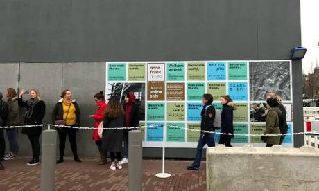 Du khách xếp hàng chờ mua vé vào tham quan Ngôi nhà Anne Frank.