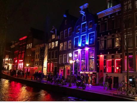 Phố đèn đỏ Amsterdam lúc lên đèn, một điểm đến đặc sắc của thành phố.