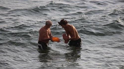 Đi tắm biển, nữ du khách - 3