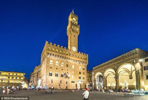 Loggia dei Lanzi (phải) là công trìnhđược hoàn thành từ năm 1382. Ảnh:REX.