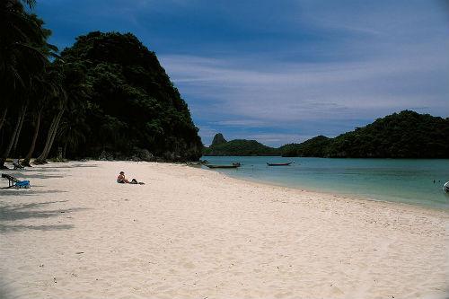 Bãi biển Bottle, thuộc đảo Koh Phangan - Thái LanNơi đây được xem là điểm trăng mật nổi tiếng của cả Thái Lan. Bãi biển Bottle yên tĩnh nằm ở phía Bắc hòn đảo.Con đường xuống bãi biển khá khó đi nên nhiều du khách chọn đitàu. Ảnh:Flickr.