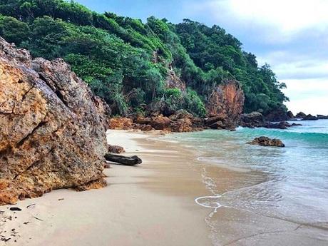 Bãi biển Sunset,đảo Koh Kradan,Thái LanPhần lớn diện tích của hòn đảo Koh Kradan thuộc sự quản lý của vườn quốc gia Hat Chao Mai nên lượng khách du lịch đến đây có hạn chế, khác với Koh Phuket hay Koh Phi Phi.Vào lúc hoàng hôn, hãy dành 15 phút để đi bộ từ bãi chính qua khu rừng rậm, đến một bãi biển Sunset nằm tách biệt, đây là một trong những nơi tốt nhất để thưởng thức hoàng hôn trên biểntại Thái Lan. Ảnh:Travel Blog.