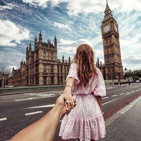 Sun Online Travel cũng muốn bổ sung vào danh sách trên kiểu chụp ảnh Follow me (đi theo tôi). Trong những bức ảnh này, thông thường một người phụ nữ sẽ đưa tay ra nắm lấy tay người yêu hoặc bạn đời của mình và dẫn anh ta tới một nơi đẹp tuyệt. Và khi tất cả mọi người cùng chụp một kiểu ảnh như vậy, nó sẽ trở thành một bức ảnh rập khuôn nhàm chán.