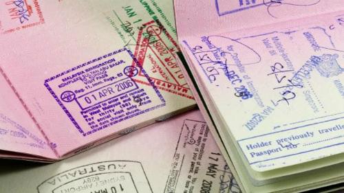 Đối với nhiều người, việc sở hữu một quyển hộ chiếu có chi chít tem xuất - nhập cảnh là một kỷ niệm đẹp. Ảnh: News.
