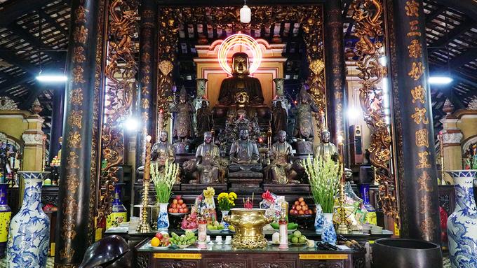 Khách Tây ngưỡng mộ kiến trúc của chùa cổ bậc nhất Sài Gòn