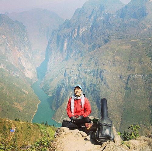 Sau khi hoàn thành mục tiêu đến cột cỡ Lũng Cú (Hà Giang), anh tình cờ gặp một người Bình Định, cả hai cùng khám phá cung đường từ Đồng Văn về Mèo Vạc, TP Hà Giang, qua đèo Mã Pì Lèng.
