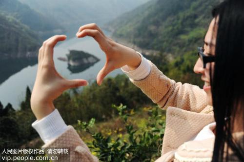 Theo Peoples Daily Online, kể từ năm 2015 nhiều du khách biết đến và tìm tới đây vào mùa xuân với hy vọng nhìn thấy đảo rùa đá khổng lồ - biểu tượng của sự trường thọ trong văn hoá Trung Quốc.
