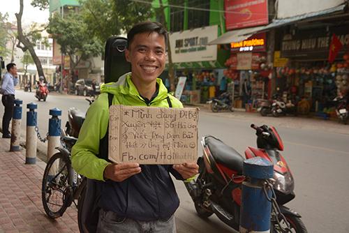 Hồ Nhật Hạ với tấm biển giới thiệu về mình và đề nghị tặng bài hát khi quay trở lại Hà Nội ngày 16/3.