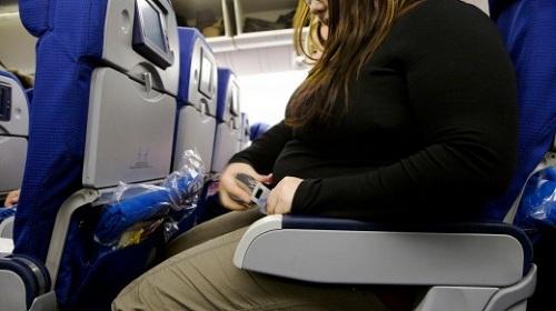 Những hành khách có vòng 2 quá lớn thường phải xin thêm dây nới đai an toàn. Ảnh:Alamy.