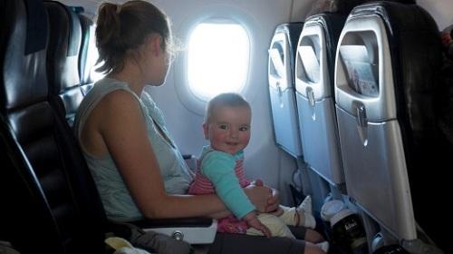 Bê trẻ nhỏ trên máy bay có thể giúp các bé ngoan hơn, nhưng đây cũng là tư thế ngồi nguy hiểm khi máy bay gặp sự cố. Ảnh:Shutterstock.