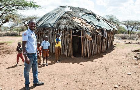 Ambrose đứng trước cửa túp lều của bà mình. Những lúc không phải làm việc ở khu bảo tồn, anh thường trở về nhà sống cùng gia đình. Ảnh:7amheadlines.