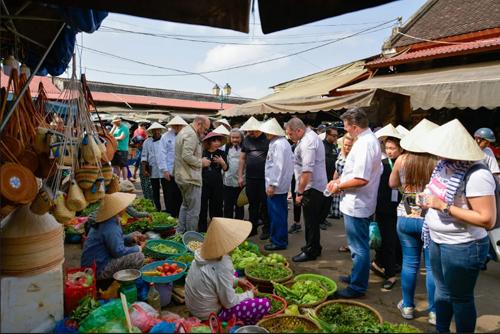 Các đầu bếp quốc tế đi chợ Hội An.