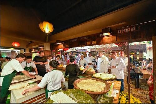 Các đầu bếp quốc tế giao lưu với đầu bếp tại các nhà hàng địa phương.