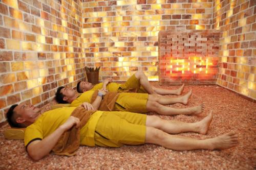 Tiếp đó bạn qua phòng xông khô, phòng xông ướt và phòng chà da tùy theo nhu cầu.