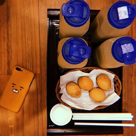 Tại khu vực căn tin,bạn có thể thưởng thức nước gạo và trứng gà nướng - hai món ăn thường xuất hiện trên phim truyền hình Hàn Quốc. Ngoài ra, có rất nhiều đồ ăn cho bạn lựa chọn.