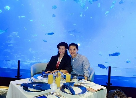 Đông Nhi và Ông Cao Thắng dùng bữa cùng những chú cá tại Ocean Restaurant by Cat Cora.