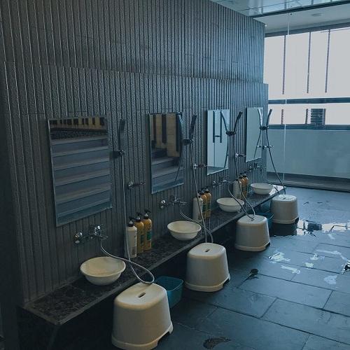 Phòng Jjimjilbang này có hai khu vực riêng biệt: phòng tắm chỉ dành cho người cùng giới và phòng xông hơi công cộng. Tại cửa, nhân viên sẽ phát chìa khoá và đưa vào phòng tắm phân khu nam nữ riêng và xông hơi trước tiên. Tới đây, bạn buộc phải trút bỏ xiêm y mới được vào phòng tắm.