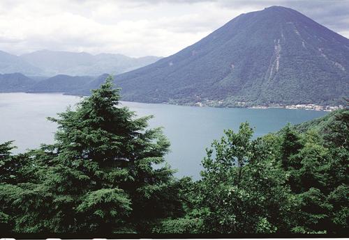 Hồ Chuzenji (Chūzenjiko) là một hồ nước đẹp trên núi phía trên thị trấn Nikko.  Cảnh sắc thay đổi nhiều màu quanh hồ bởi hàng cây và màu nước tùy theo mùa trong năm.
