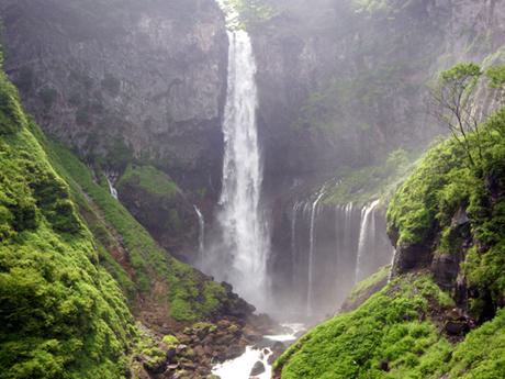 Thác nước Kegon cao gần 100 m (Kegon no Taki) là thác nước đẹp nhất của vùng  Nikko tỉnh Tochigi. Trên thực tế, nó thậm chí còn được xếp hạng là một trong 3 thác nước đẹp nhất của Nhật Bản cùng với Thác Nachi ở Tỉnh Wakayama và thác Fukuroda thuộc tỉnh Ibaraki.