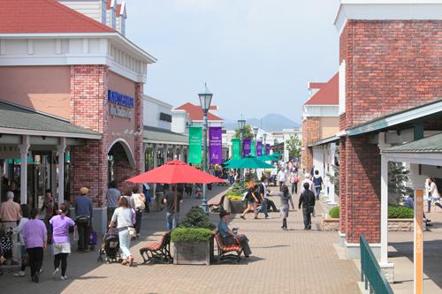 Du khách có thể đến đây dùng cả ngày để vừa mua sắm và thưởng thức những món ăn ngon  trong khu vực Food Court, với menu đa dạng các món Nhật Bản, Trung Hoa và Âu Mỹ khác
